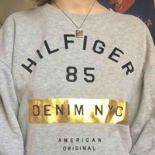 Sweatshirt från Tommy Hilfiger. Toppskick, knappt använd. Kan eventuellt mötas i Stockholm. Frakt tillkommer. Hör av dig om du har frågor! :)