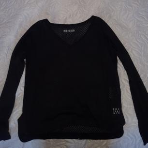 En Soc tränings tröja med lite V-ringning. Den är lite genomskinlig. Strl 34-36 men är ungefär som XS-S. Nästan aldrig använd🌻 :)