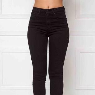 Säljer mina snygga jeans ! Köpt för 1000. Jeansen är använda men dem är i jätte fint skick! Lite blekta bara men inget man kommer tänka på! Tyvärr är dem Små på mig. vid snabb affär kan jag sänka priset👍  Frakt tillkommer.