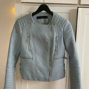 Blå skinnjacka från Zara. Frakt ingår ej. Kan mötas i Stockholm 🌟