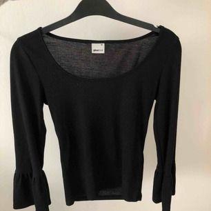 Skön långärmad tröja med bootcut ärmar från ginatricot. Kan mötas upp i Linköping(östergötland) annars står köparen för frakten. 💕