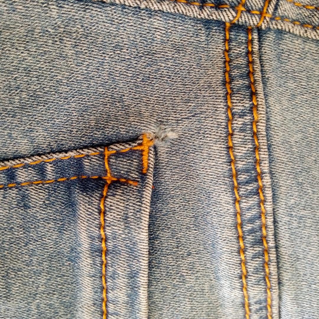 Tighta jeans från Pull&Bear. Skinny mid waist, stretchiga med fickor bak. Aldrig använda och därmed i väldigt bra skick förutom ett litet hål precis ovanför högra fickan (se sista bilden). Knappt synligt och gör ingen skada. Nypris 300:-  köparen står för frakt 💜. Jeans & Byxor.