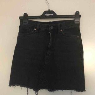 Svart jeans kjol från monki. Använd men i god skick