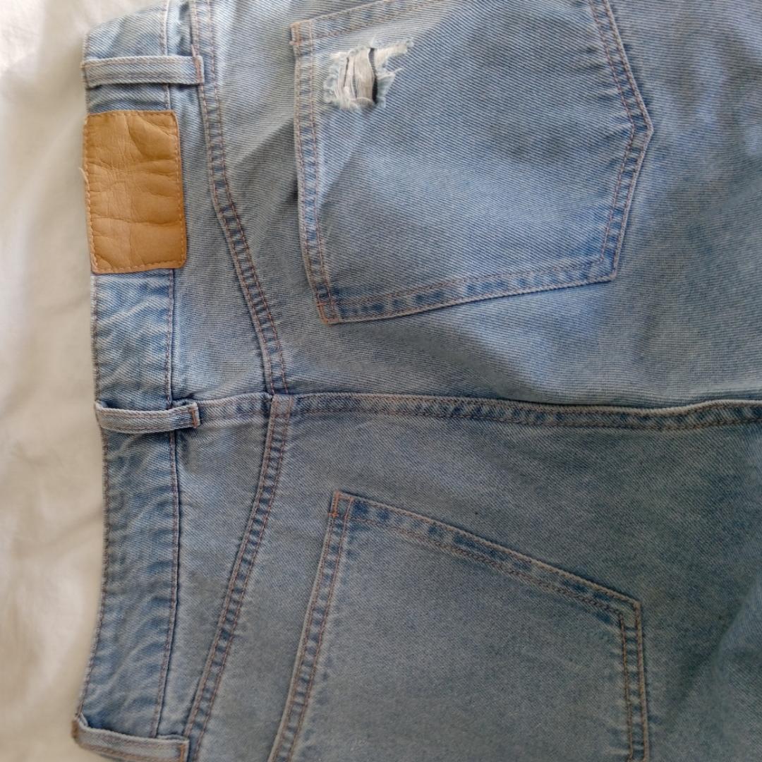 Slitna jeans i fint skick. Sällan använda. Högmidjade! Köparen står för frakt (54 kr). Jeans & Byxor.