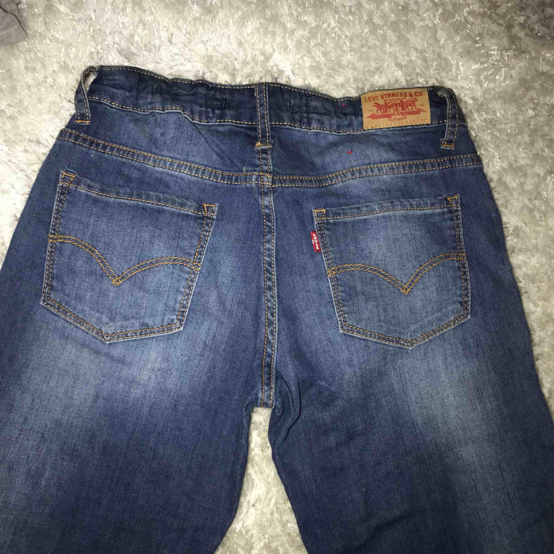 Säljer mina slitna levi's jeans i modellen 711 skinny Mycket bra skick då dom är använda fåtal gånger! Köpta för 999kr. Jeans & Byxor.