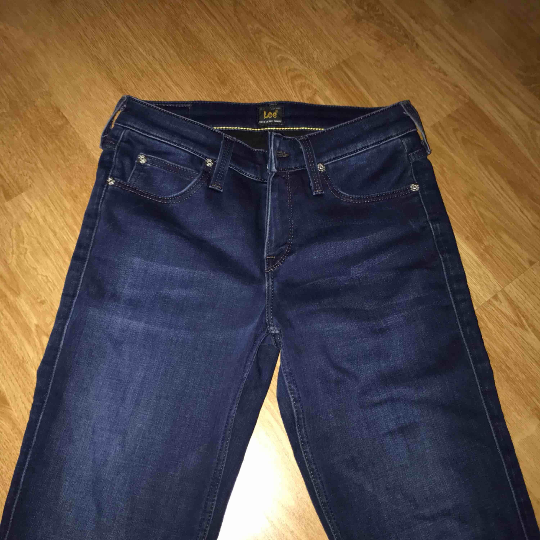 Säljer mina jätte sköna mörkblåa jeans ifrån Lee i storlek w25 L32 Aldrig använda! Köpta för 999kr. Jeans & Byxor.