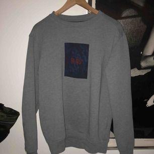 """Supersnygg tröja köpt på carlings i januari. Med texten """"Blau"""""""