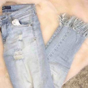 svin snygga jeans från zara med fransar nedtill!! för korta för mig så aldrig använda!!