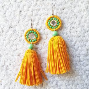 Handgjorda örhängen, här i gult, grönt och silvriga detaljer. Samma modell i andra färger finns i andra av mina annonser. :) frakt 10kr.