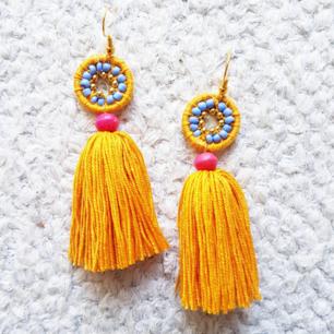 Handgjorda örhängen, här i gult, rosa, lila och guldiga detaljer. Samma modell i andra färger finns i andra av mina annonser. :) frakt 10kr.