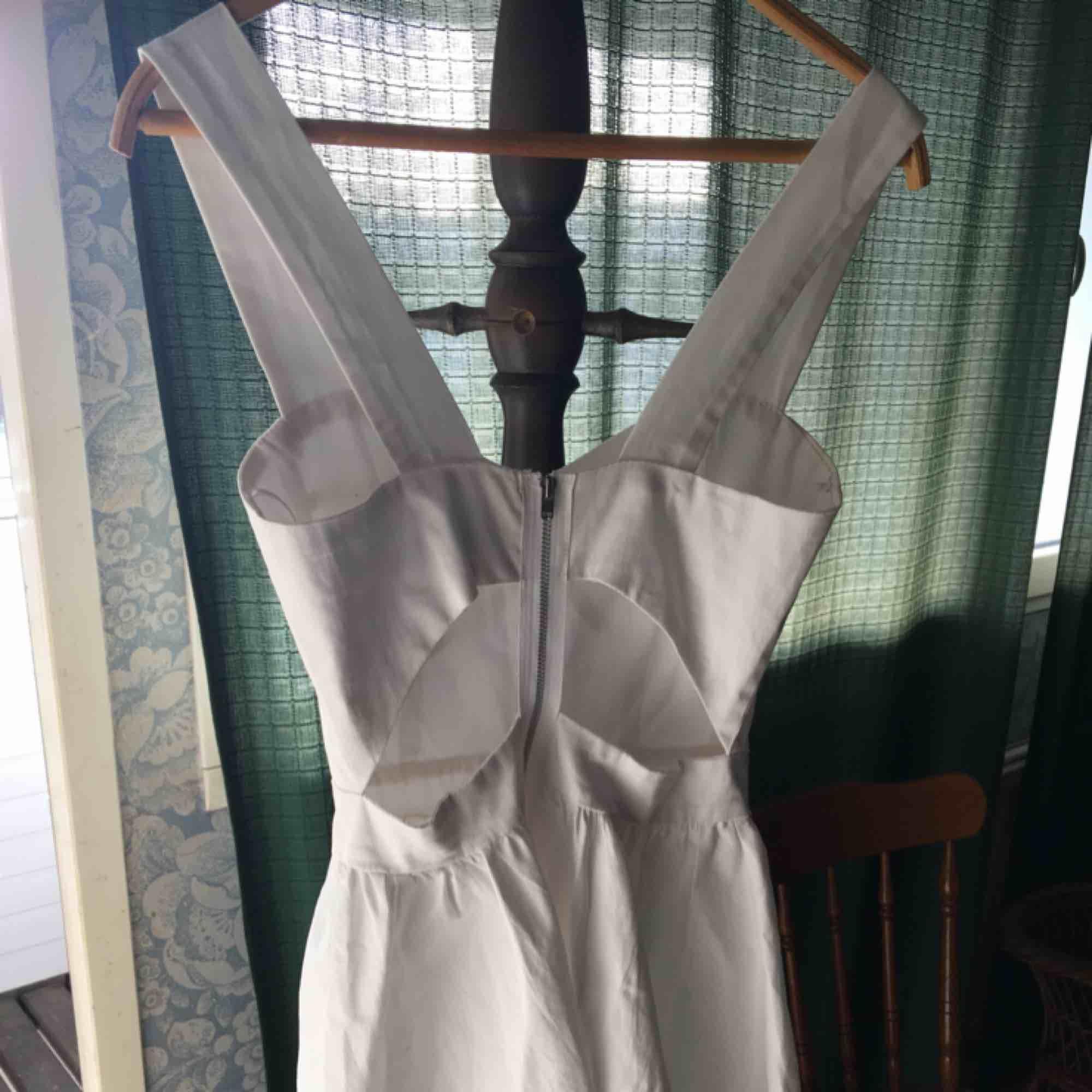 Studentklänning köpt på secondhand och aldrig använd av mig själv. Cutouts i ryggen/sidan och definierad byst. Relativt tunt tyg dock.. Klänningar.