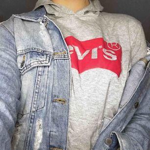 Fake Levis-hoodie köpt utomlands, aldrig använd. Priset är exklusive frakt, vid snabb förhandling kan priset diskuteras. Skriv om ni har några frågor kring varan❤️