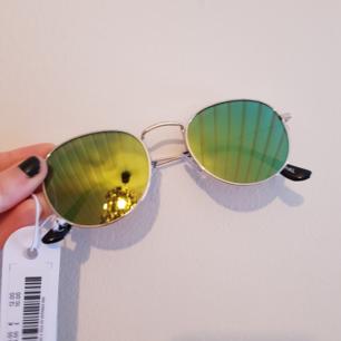 🌻Super härliga solbrillor med gult spegelglas!🌻 köpta från monki i somras men aldrig använda!🌻medföljande skyddspåse🌻