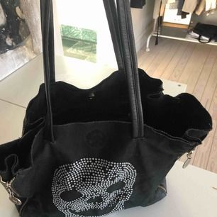 Hej! Säljer en svart fake läder väska med snygga detaljer