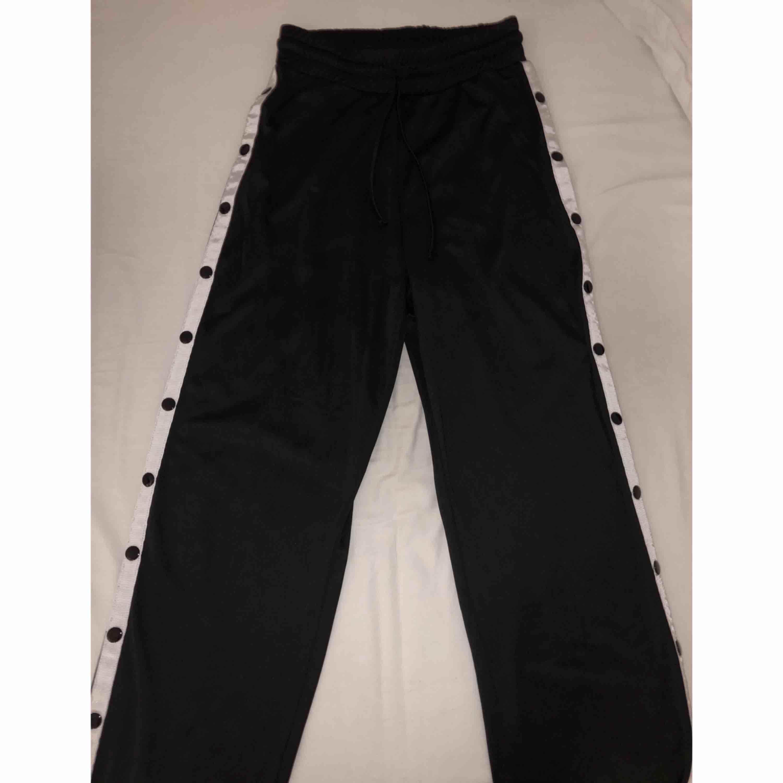 Coola popperpants köpta på Madlady för 499kr. Använda fåtal gånger, därmed i mycket gott skick. Frakt tillkommer och betalningen sker via Swish. . Jeans & Byxor.