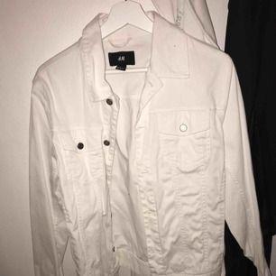 vit ren jeansjacka från h&m köpt förra året för 400kr