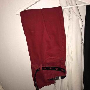 Aldrig använda röda jeans i vintage modell