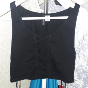 Säljer en korsad svart kort linne från H&M använd 2 gånger, Storlek S. Fraktkostnad tillkommer vid frakt. Finns på Teleborg i Växjö, kan mötas i Växjö.