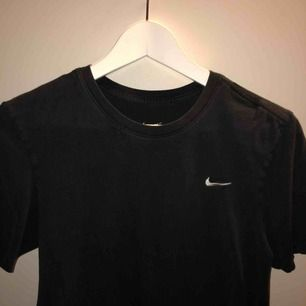 Svart Nike tröja as skönt material Storlek small 100kr plus frakt (ingår ej)
