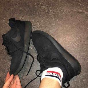 As fräscha Nike Roshe one, knappt använda som helt nya Storlek 37,5 400kr plus frakt (ingår ej) NYPRIS 899