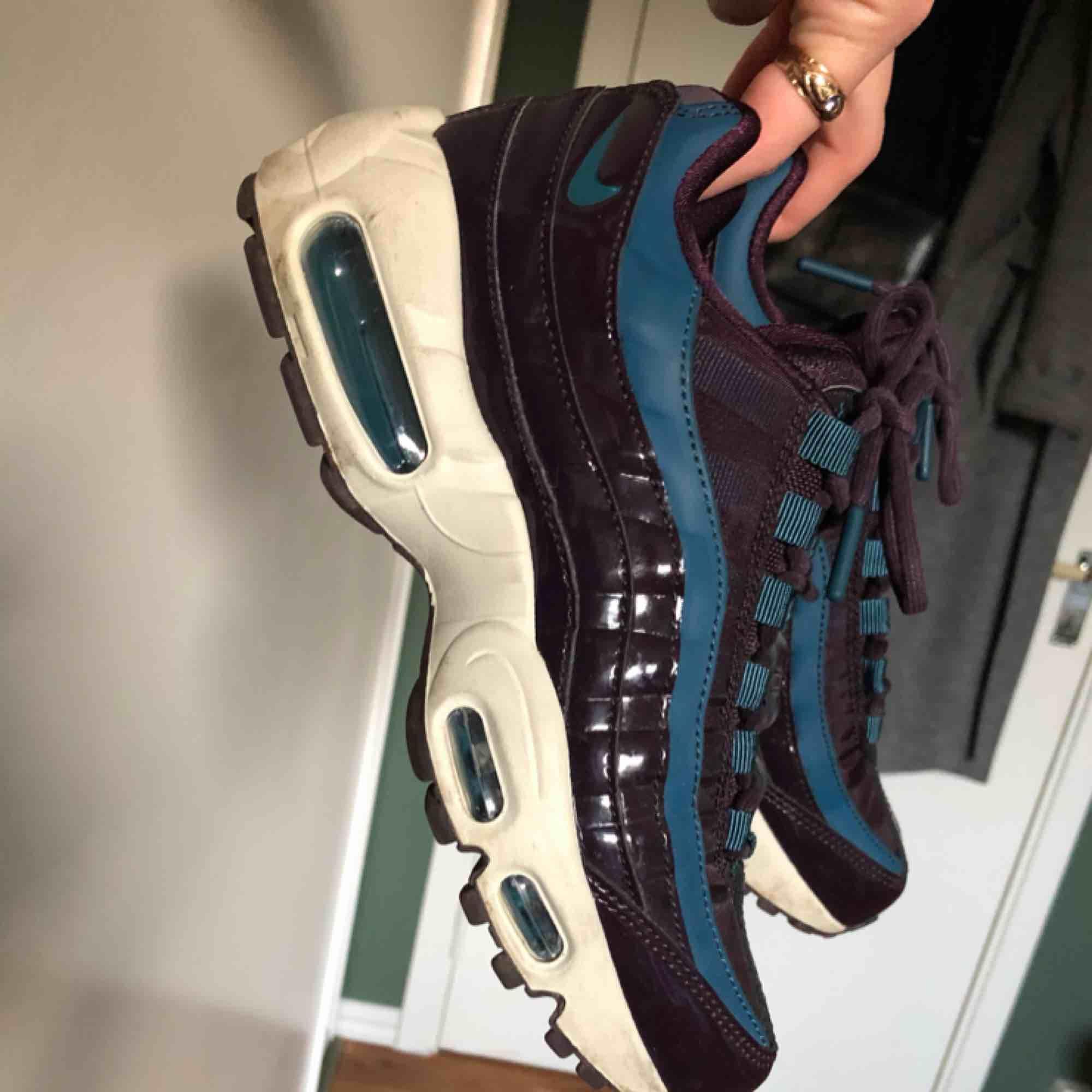 Suuuuperfeta sneakers som tyvärr är för små för mig :( Väldigt bra skick då jag inte kunnat använda dem så mycket! Annars väldigt sköna.. Skor.