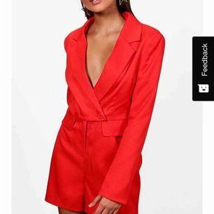 """Röd """"jumpsuit"""" från boohoo, köpt i våras, finns ej att köpa längre, bra skick & knappt använd"""