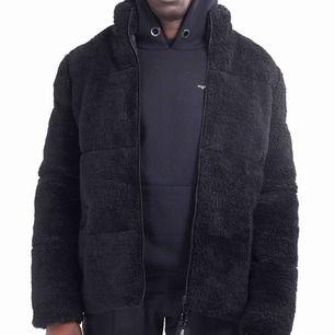 Oversized fluffig puffer jacket, varm och jätte skön. Endast använd 2ggr. Funkar nu i kylan, men även bra till vår med effektiv layering.