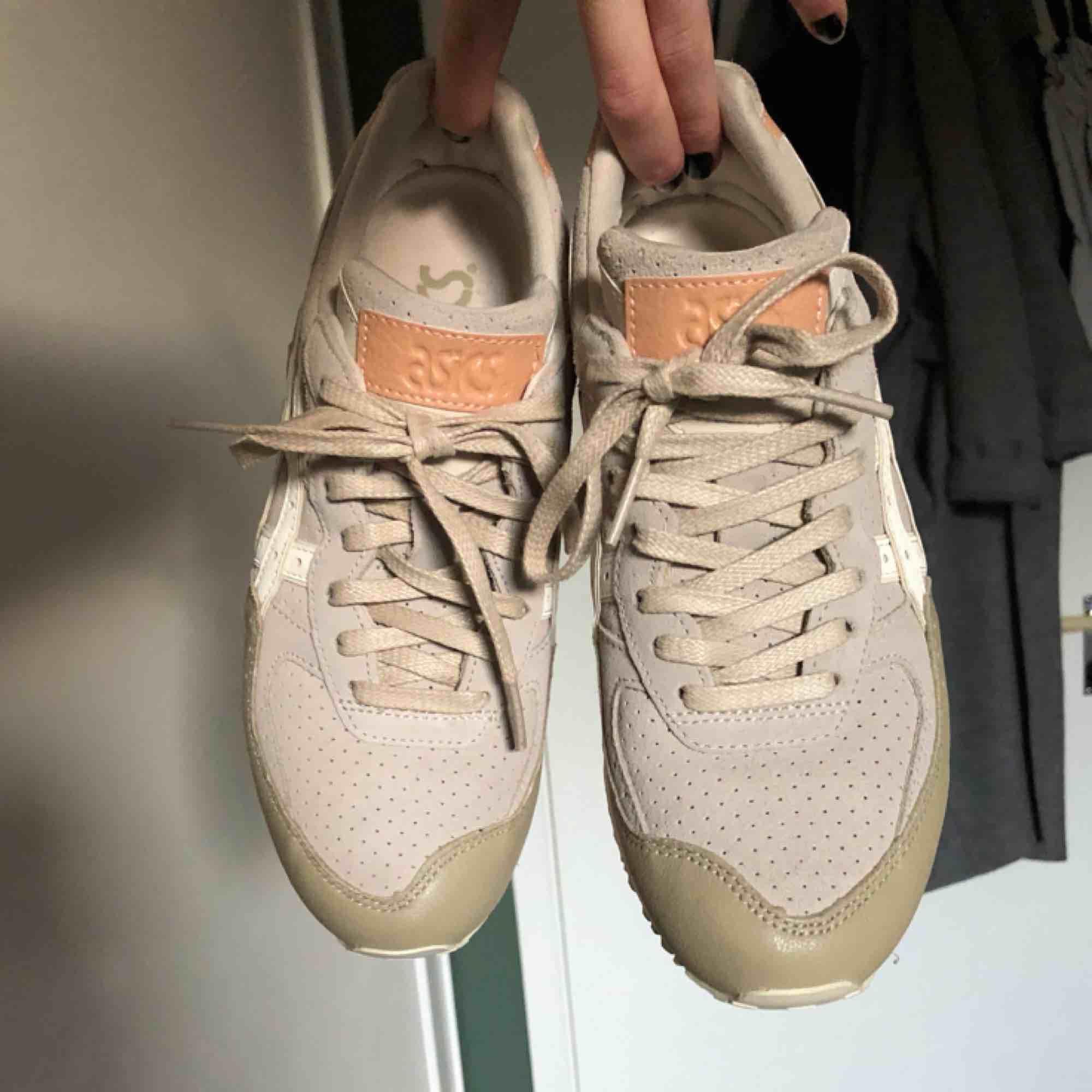 Fräscha sneakers som jag aldrig använt, inget fel på den!. Skor.