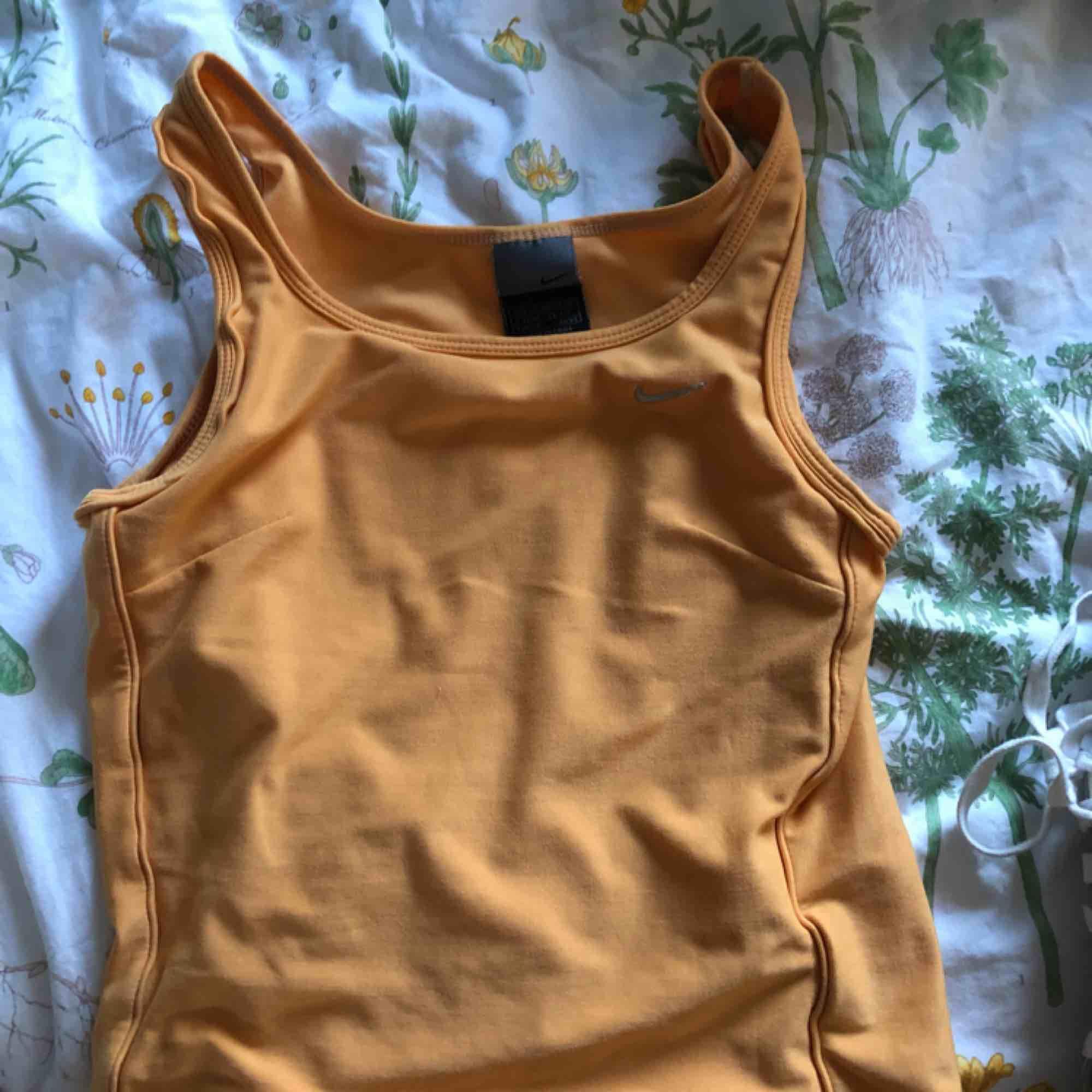 Orange Nikelinne! Väldigt skönt material. Toppar.