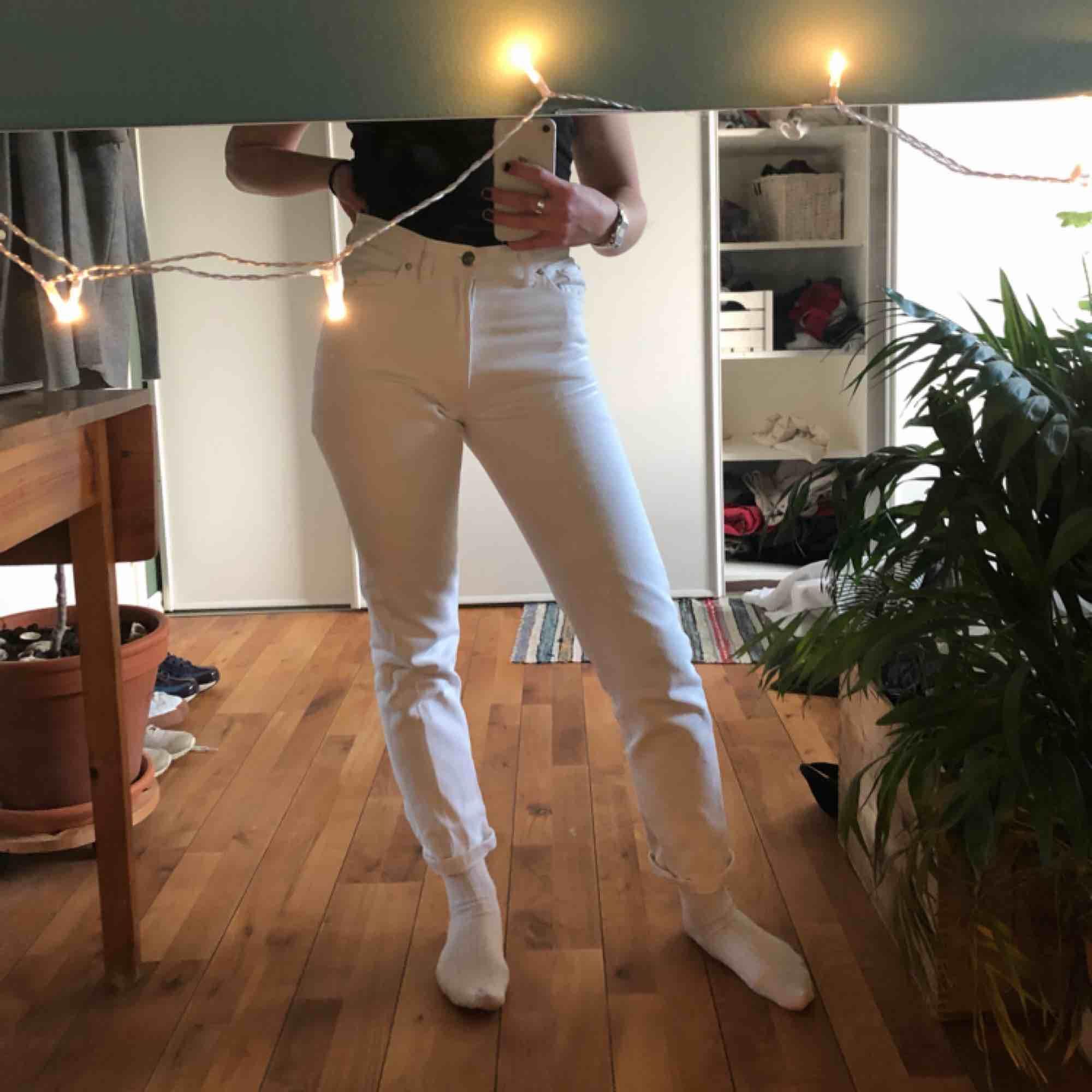 Vita jeans från bikbok, sitter bra men lite för små för mig:/. Jeans & Byxor.