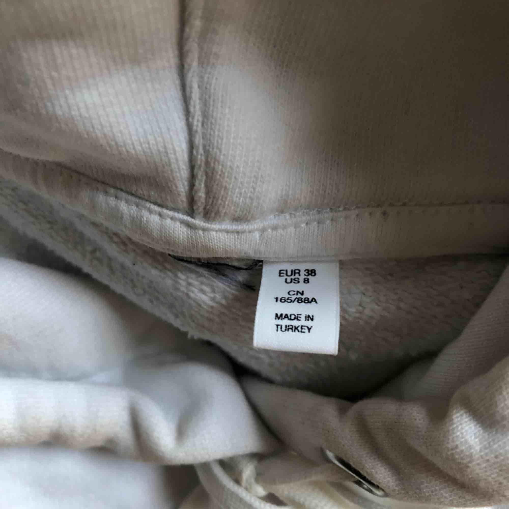Vit hoodie, vet inte var den kommer ifrån. Den är kortare än vanliga och rymlig luva!. Huvtröjor & Träningströjor.