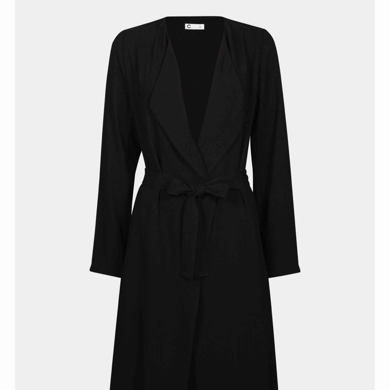 Tunnare kappa bra till vår/sommar. Säljes pga ej användning, köpare står för frakt.. Jackor.
