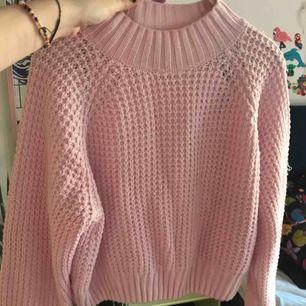 en stickad tröja från hm!  liten i storleken :)