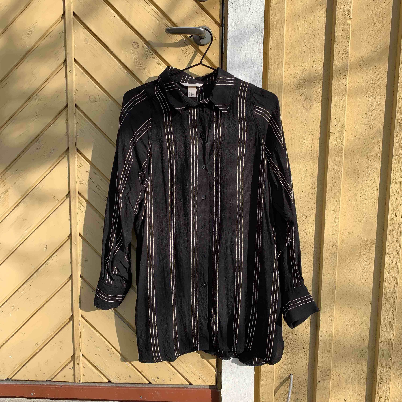 Skjorta från h&m använt 1 gång oversize.  Frakt tillkommer eller möts upp i Sthlm . Skjortor.