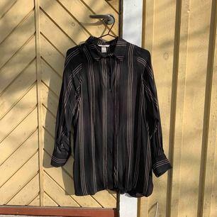 Skjorta från h&m använt 1 gång oversize.  Frakt tillkommer eller möts upp i Sthlm