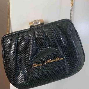 liten love moschino väska med guldigt band. mycket bra kvalitw. möts i sthlm eller betalar köparen frakt