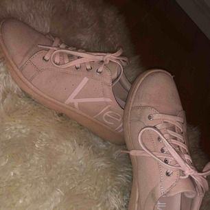 Säljer mina supersnygga skor från Calvin Klein då de inte kommer till användning. De har endast använts ett fåtal gånger men har några fläckar. Tar betalning via swish och fraktar mot betalning!🥰