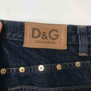 Vintage Dolce & Gabbana jeans, äkta! Framsidan helt vanlig sedan är det guld knappar vid sidorna samt på bakfickorna. Storlek 34 står det, de passar mig som är 27 precis, en 28 skulle förmodligen passa perfekt i dom!