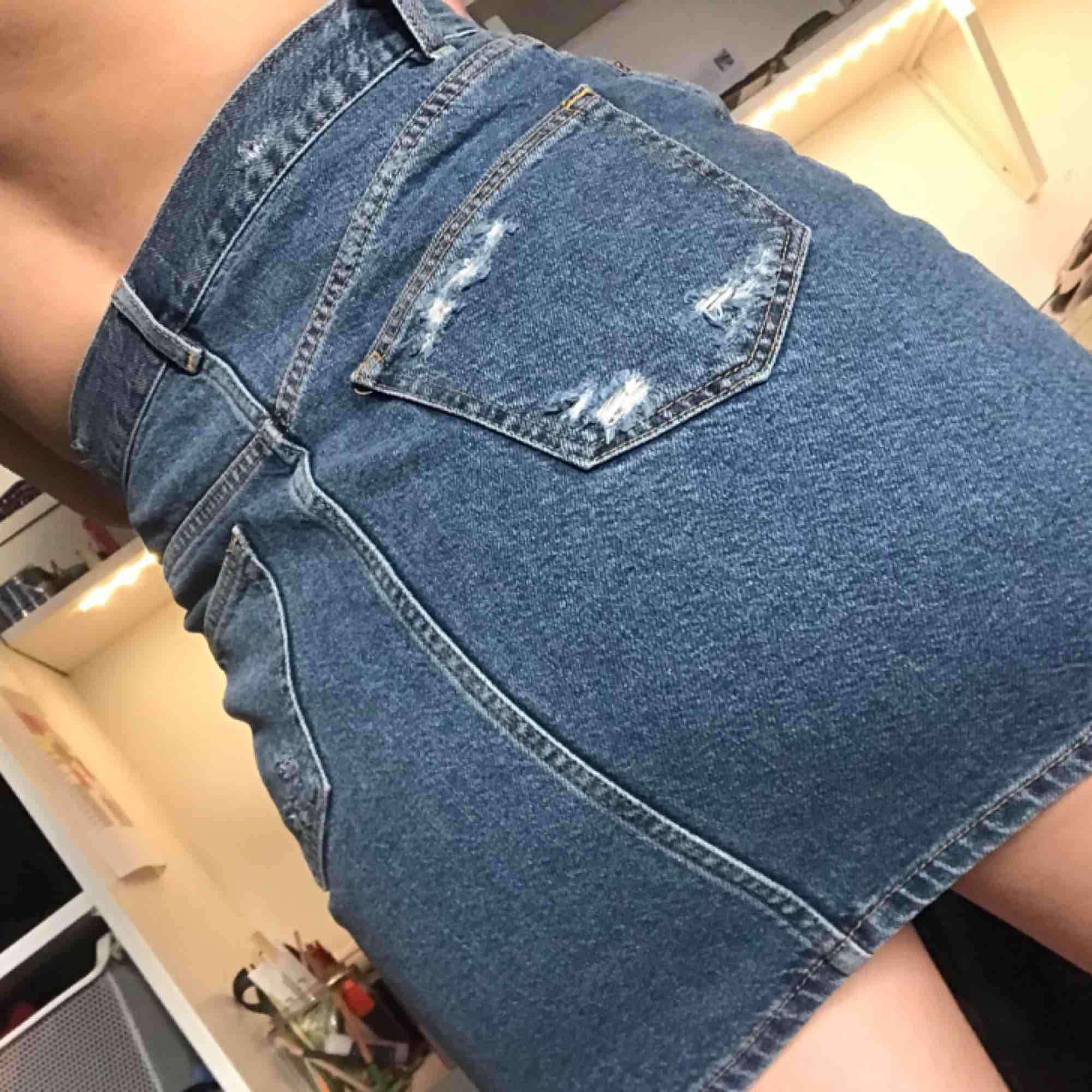 en jeanskjol från &otherstories, perfekt nu till våren!. Kjolar.
