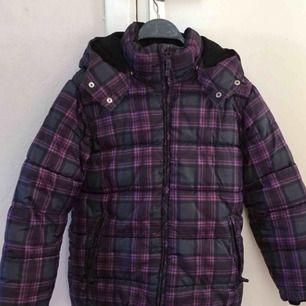 Säljer en barnjacka för vintern från H&M i storlek 146. Jackan är i bra skicka och har en jättefin färg. Dessutom har den fickor med dragkedja på vardera sida. De. Sitter fint på och är perfekt för Sveriges vintrar.