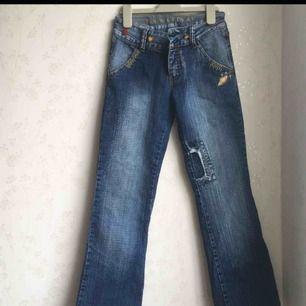 Jättefina och trendiga bootcut jeans med coola mönster och färger. Inköpt i USA och säljs för 50kr. Storleken passar om du är XS-S