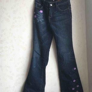 """Ett par jättefina """"flare"""" jeans inköpta i USA, med väldigt fint mönster. Sitter jättefint. Märket är route66 då Plick inte har märket"""
