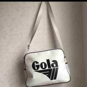 Gola väska inköpt i Italien. Väskan är använd och det finns lite missfärgning som ni kan se på tredjebilden. Nypriset är 659kr men säljer min för 50kr eftersom den inte är i nyskick