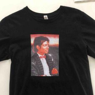 Skitsnygg t-shirt med Micheal Jackson på.