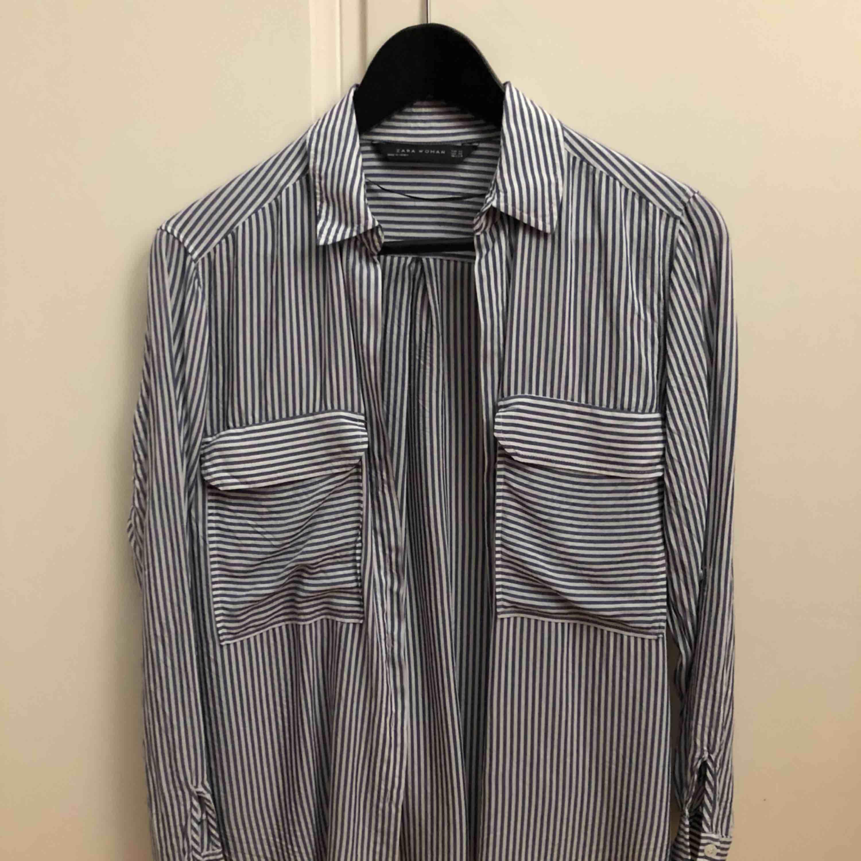 Skjorta från Zara i bra skick! Använda endast ett fåtal gånger. Luftig och ganska tunn med ett skönt material. Skjortor.