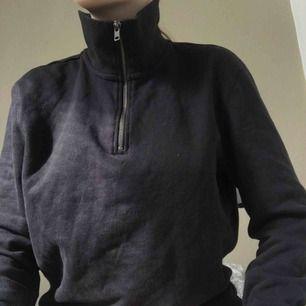 Svart halv zip hoodie