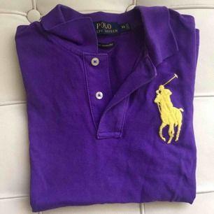 Lila pikétröja från Polo Ralph Lauren i storlek XS.  Använd endast en gång! Köparen står för frakt🌹