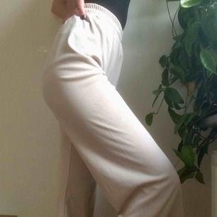 Supersnygga och sköna brallor med vida ben!! Går både att klä upp och ner:) Najs material och stretchiga så passar nog de flesta!💞🥰💓