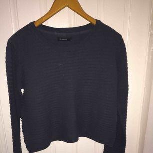Mörkblå tröja från b Young i storlek L, passar dock bra även på en storlek M beroende på hur man vill ha passformen. I bra skick
