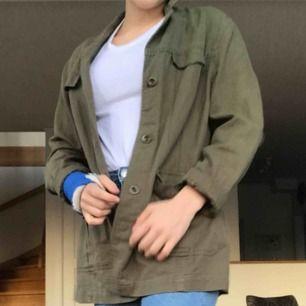 Skön militärgrön jacka från sprit. Jättefin på våren till en kjol t.ex. passar många storlekar beroende på hur man vill att den ska sitta. Jag har vanligtvis storlek xs/s.